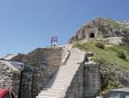 Mauzoleum Niegosza - Park Narodowy Lovćen - widok od strony parkingu w kierunku tunelu w skale prowadzącego do mauzoleum