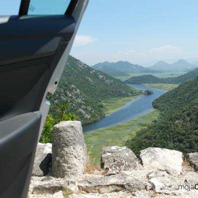 Rijeka Crnojevića - widok doliny rzeki wprost z samochodu jadącego wąską przepaścistą drogą
