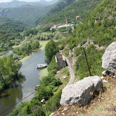 Rijeka Crnojevića - widok z drogi na punkt widokowy, w dole miejscowość Rijeka Crnojevića
