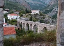 Stari Bar - klimatyczne ruiny miasta i warowni na wzgórzu - widok na akwedukt wyboduwany przez Turków w XVII wieku